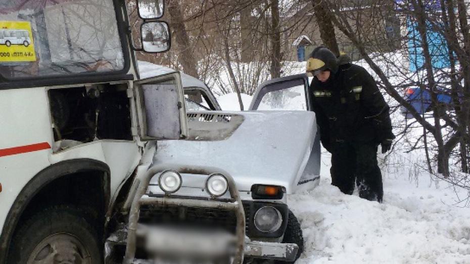 ВВоронеже двое пострадали вДТП с«Нивой» имаршрутным «ПАЗом»