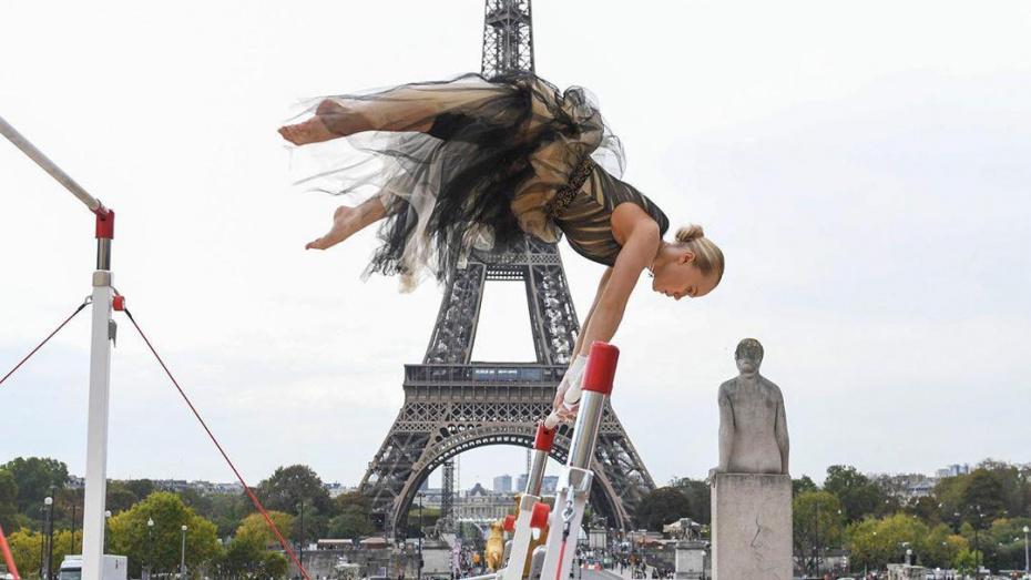 Воронежская гимнастка босиком и в коктейльном платье прошлась по Парижу