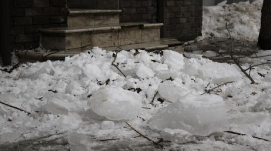 В Воронеже ледяные глыбы повредили 2 автомобиля