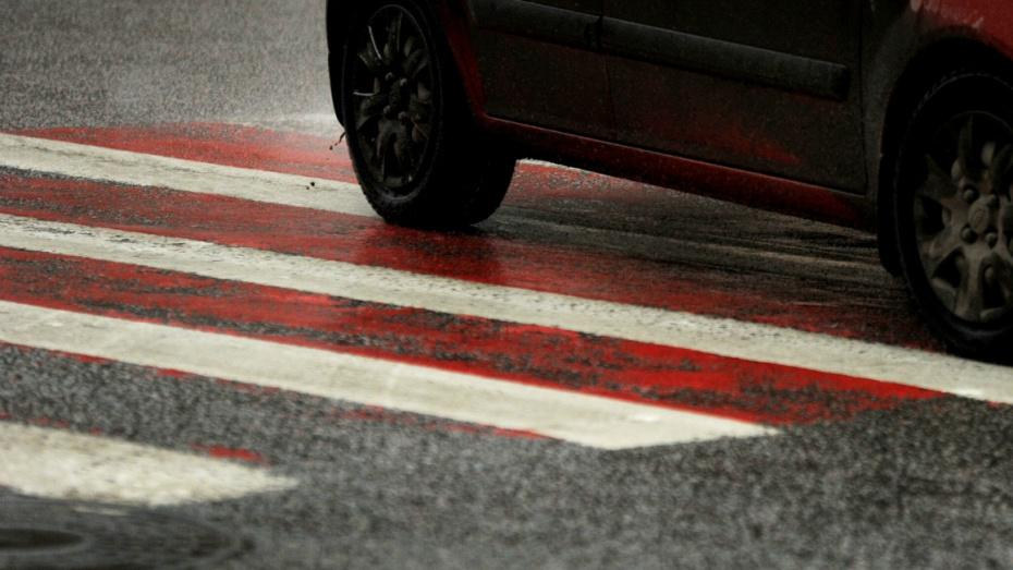 На «зебре» в Воронеже машина сбила 5-летнюю девочку, переходившую дорогу в одиночку