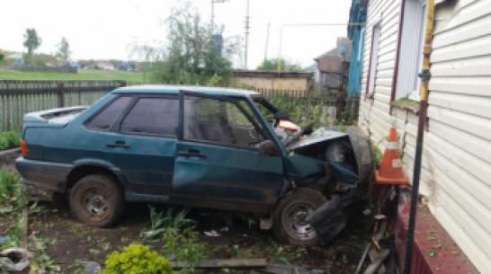 В Воронежской области пьяная женщина на машине врезалась в дом