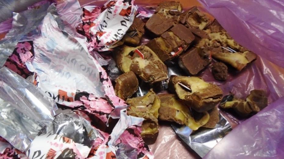 Жительница Воронежа попыталась передать заключенному сим-карты в шоколадных конфетах