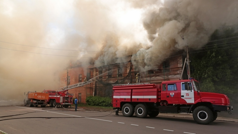 Пожар в пустующем здании в центре Боброва охватил 1,5 тыс кв метров