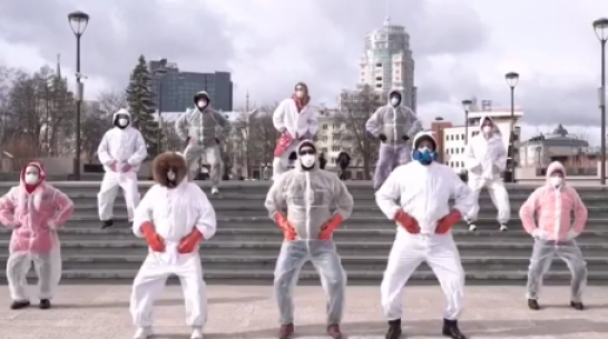 Воронежцы станцевали в масках и защитных костюмах в поддержку группы Little Big