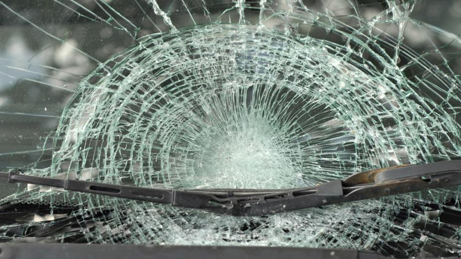 В Воронеже пьяный дебошир, выбрасывая вещи из окна, разбил «Ниссан» соседки