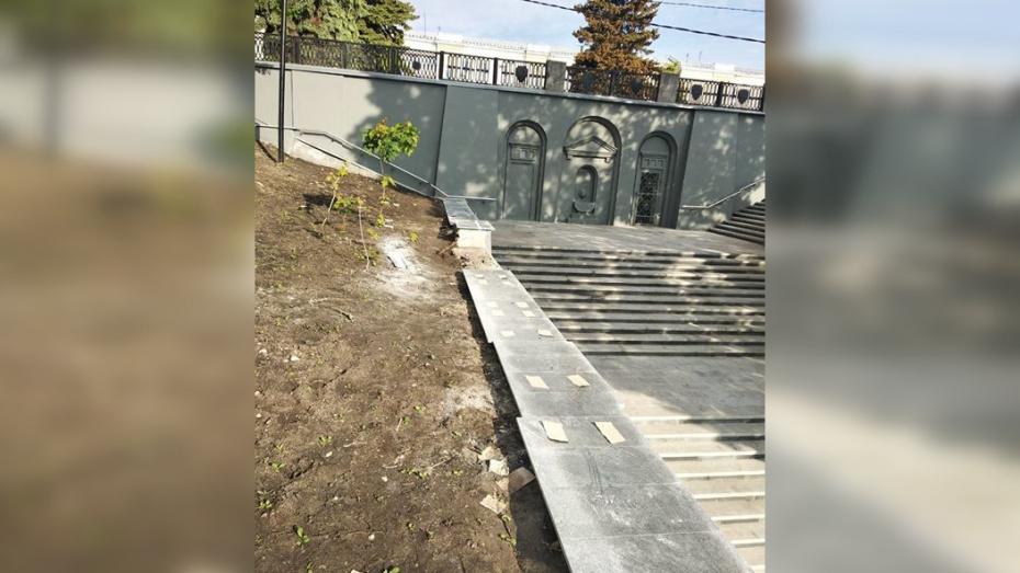 Отливы из камня начали устанавливать на спуске у площади Победы в Воронеже