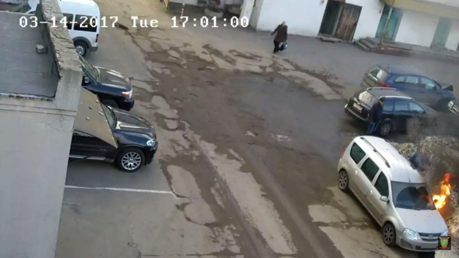 ВВоронеже навидео сняли поджог «Лады Ларгус» дорожного активиста