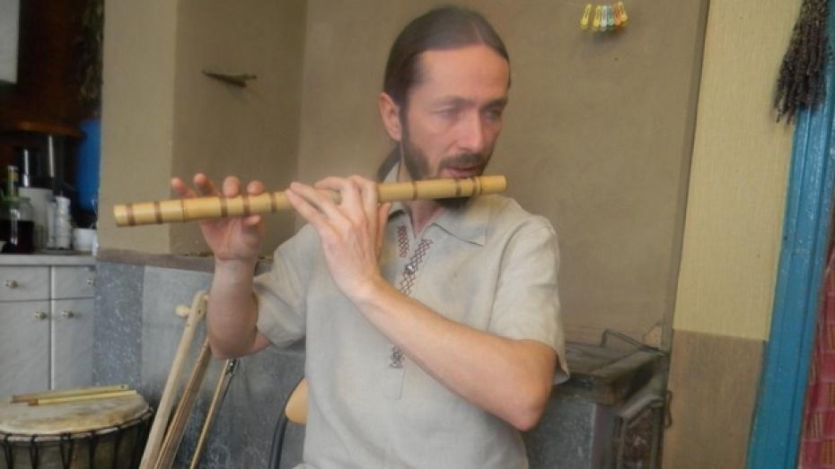 Подгоренский мастер изготавливает музыкальные инструменты из подручных материалов