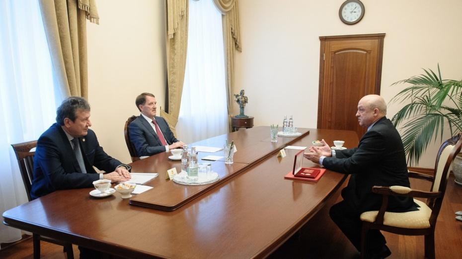Губернатор наградил главу администрации Бобровского района почетным знаком