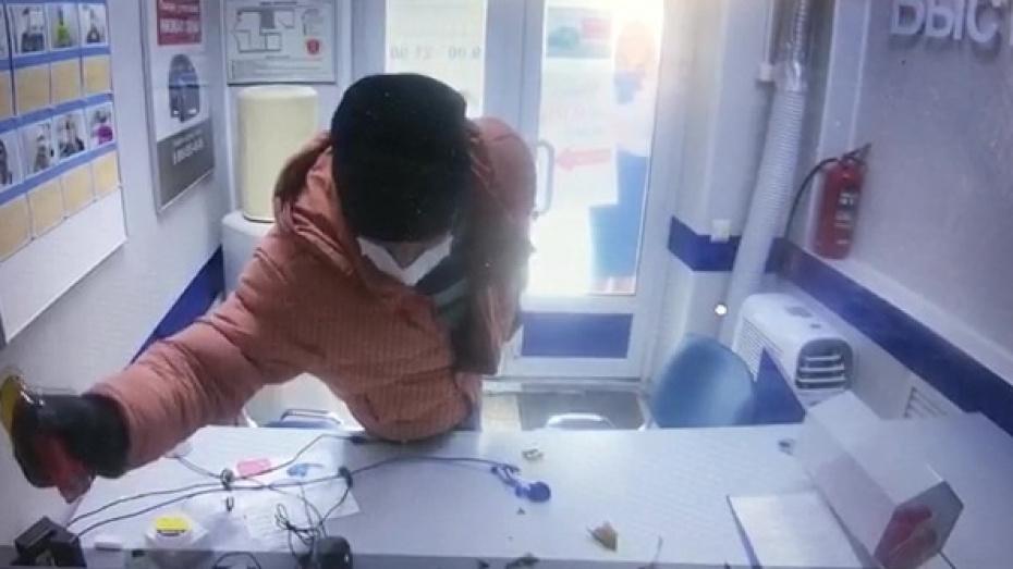 Воронежец в медицинской маске ограбил салон микрозаймов, угрожая разбитой бутылкой