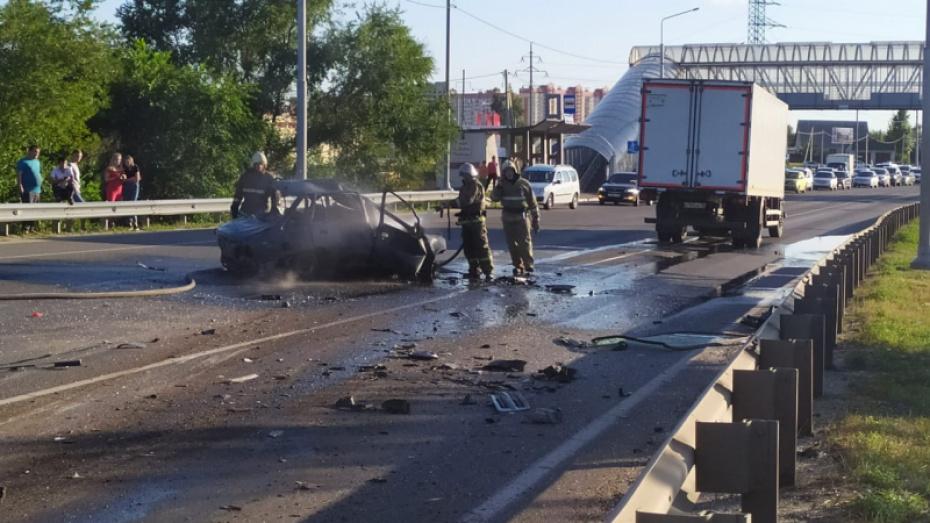 Под Воронежем после лобового столкновения загорелась легковушка: погиб водитель