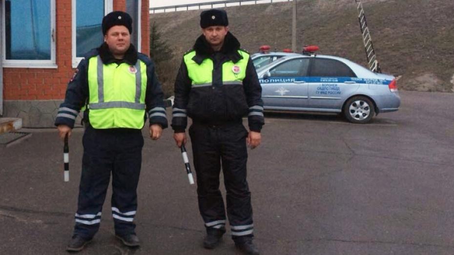Воронежские работники ДПС помогли шоферу потушить загоревшийся КамАЗ