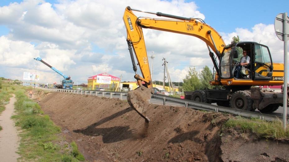 В Новоусманском районе дорожники начали реконструкцию водоотводной траншеи вдоль трассы Р-193