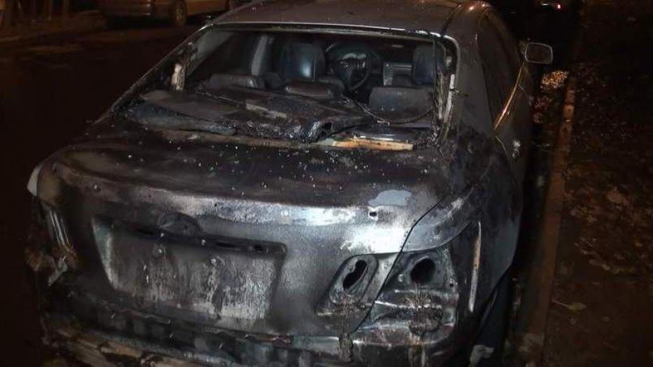 В Воронеже в районе СХИ ночью сгорела Toyota Camry