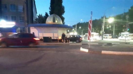 В Воронеже женщина на Audi протаранила киоск