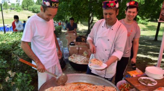 На праздновании Дня России в Воронеже таджики и узбеки поспорили, чей плов вкуснее