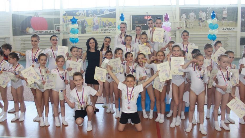 Хохольские школьники получили спортивные разряды по акробатике
