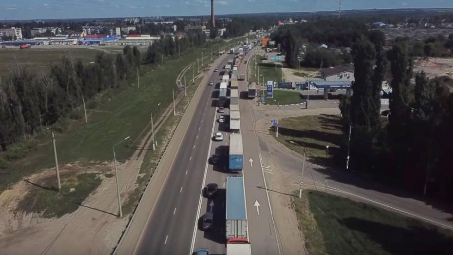 Квадрокоптер снял на видео 30-километровую пробку в Воронежской области