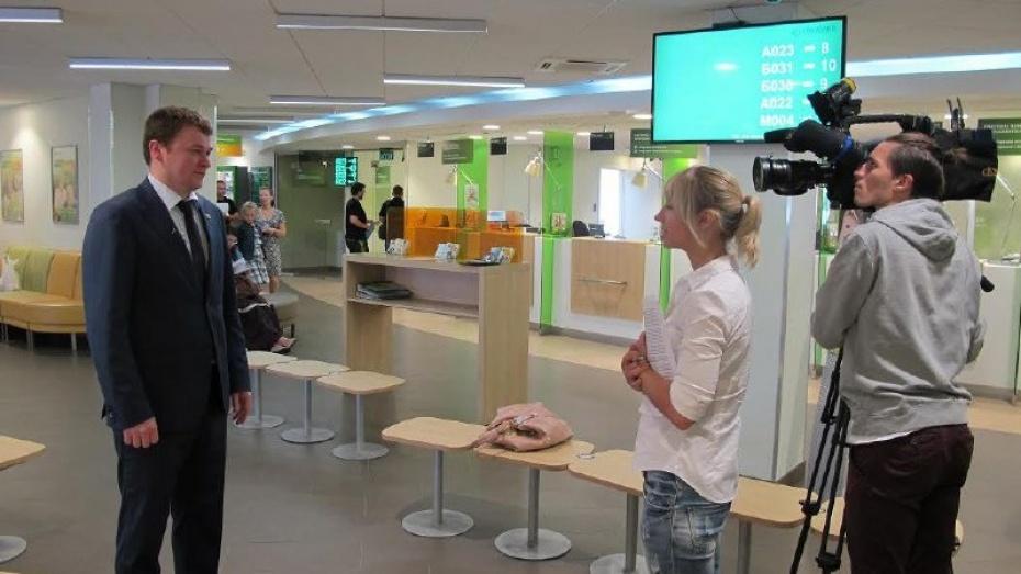 Воронежским журналистам показали работу современного офиса банка