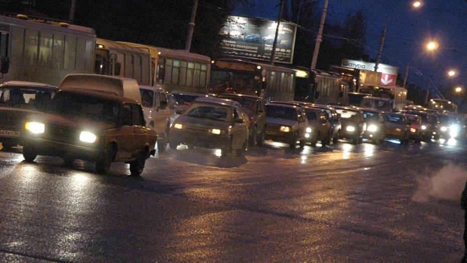 ВВоронеже снегопад вновь парализовал движение на трассах