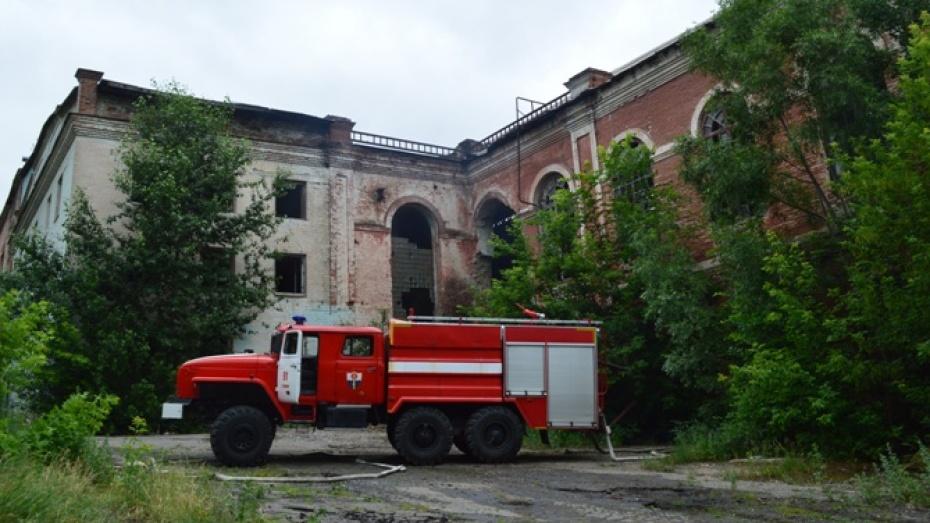 Пожарные потушили старинный сахарный завод под Воронежем