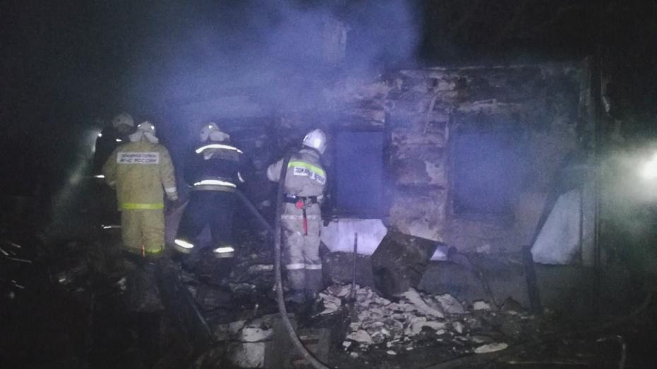 В Воронежской области сгорел дом переселенцев: пострадали мать и 2 детей