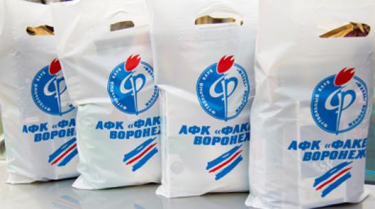 Воронежский «Факел» раздал продуктовые наборы ветеранам команды