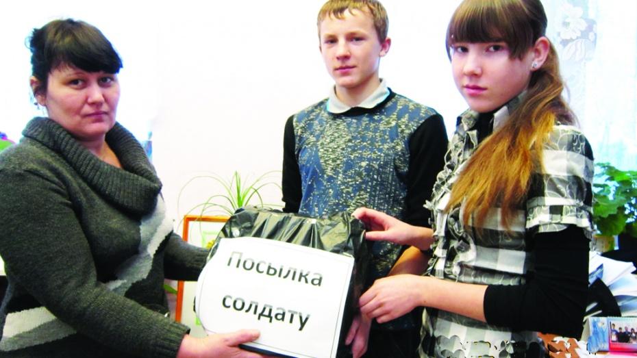 Калачеевские школьники отправили солдату носки и мед