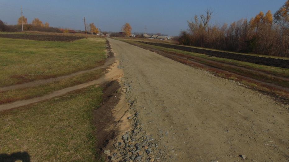 В таловском селе Тишанка на отсыпку дорогу щебнем потратили более 3,7 млн рублей
