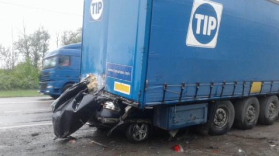 В Воронежской области легковушка влетела под грузовик: погиб 31-летний мужчина