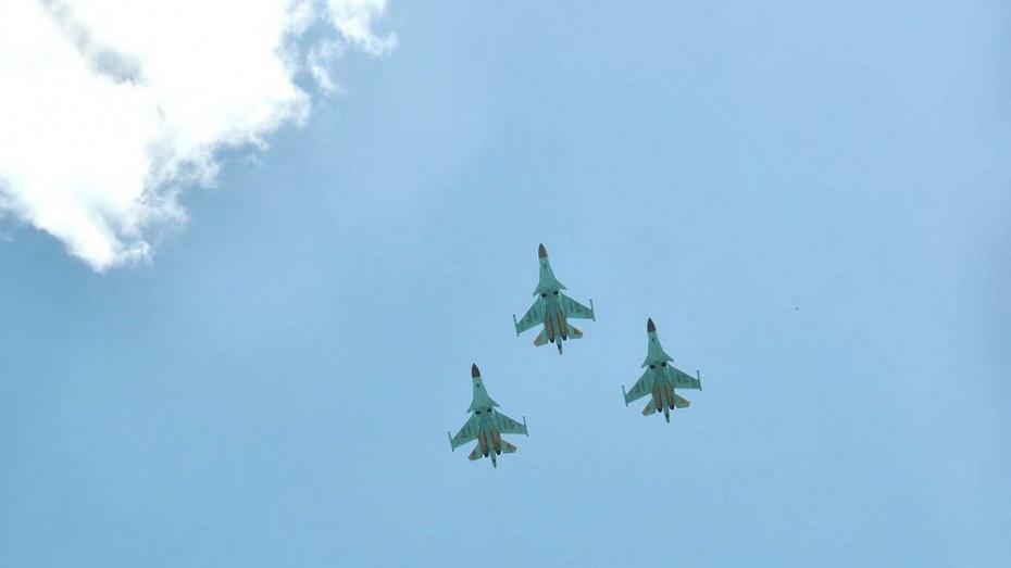 Летчики смешанного авиационного полка пролетели над  Бутурлиновкой в День Победы