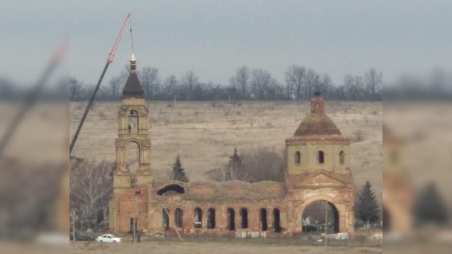 В нижнедевицком селе Кучугуры на старинном храме установили купол и колокол