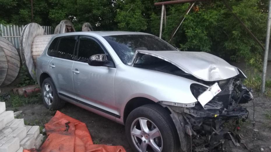 Нововоронежец разбил камеру видеофиксации ради друга, попавшего в ДТП на Porsche Cayenne