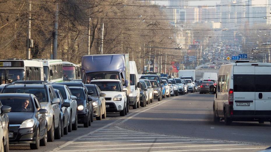 В Воронеже на 2 мостах образовались пробки