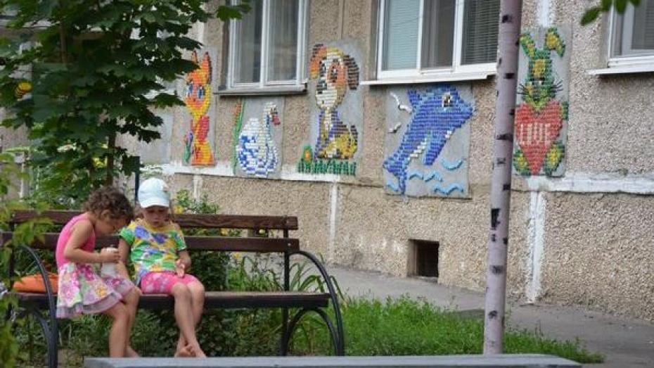 В Россоши жильцы украсили свой дом мозаикой из пробок