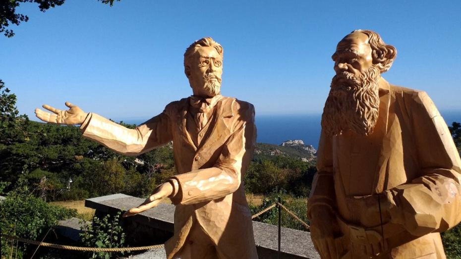Созданный воронежским резчиком парк деревянных скульптур открыли под Ялтой