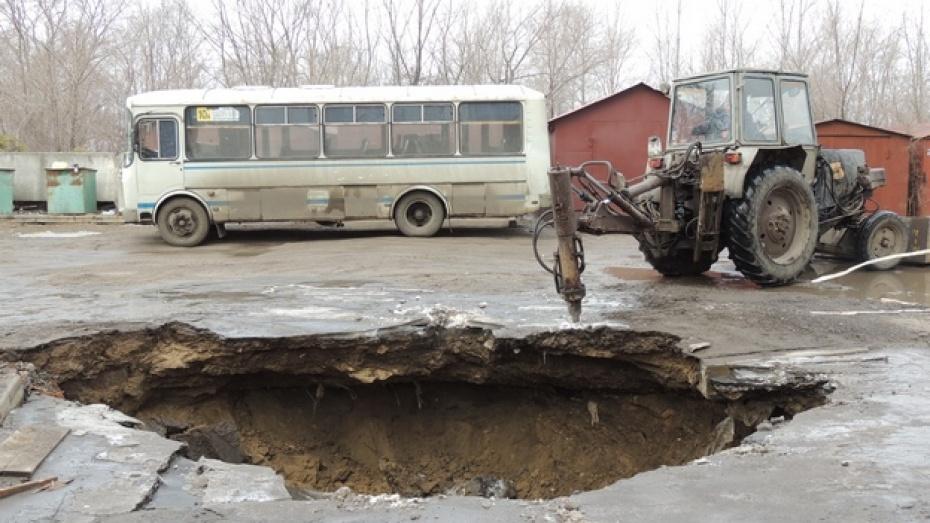 В Воронеже автобус провалился под землю