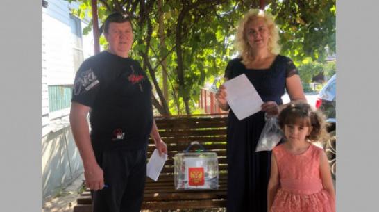 В Новохоперском районе супруги Филипповы проголосовали в серебряный юбилей свадьбы