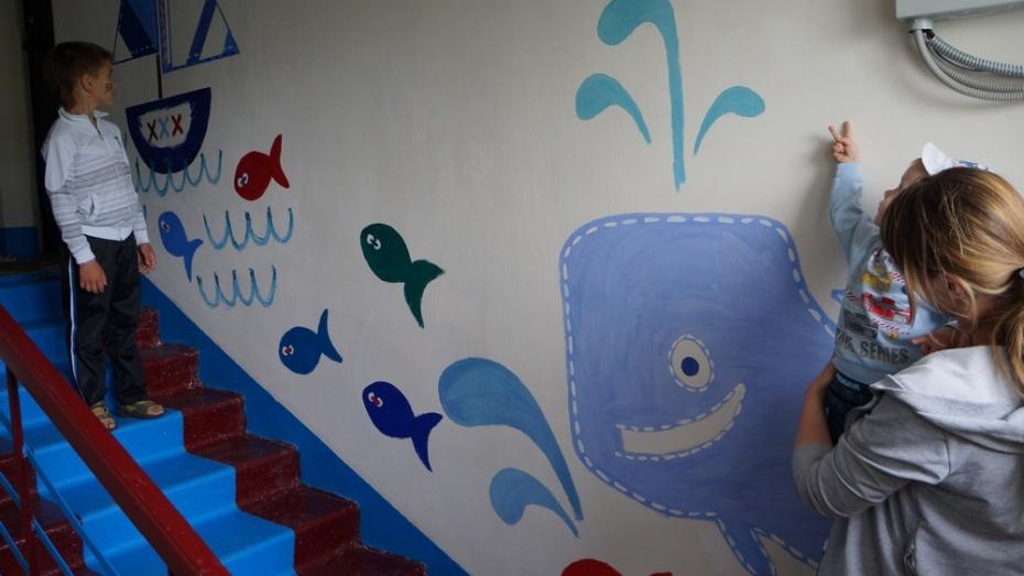 Жильцы верхнемамонской трехэтажки украсили подъезд детскими рисунками