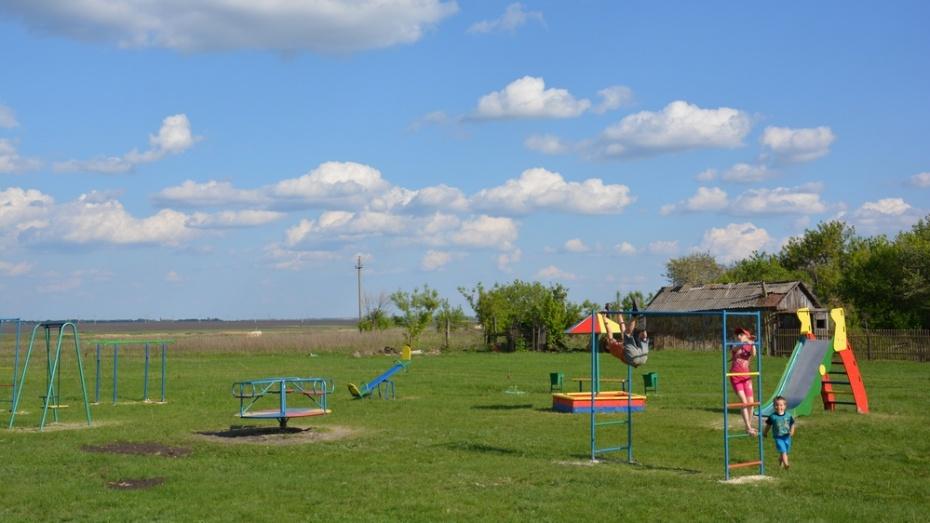 В поворинском селе появилась новая детская площадка