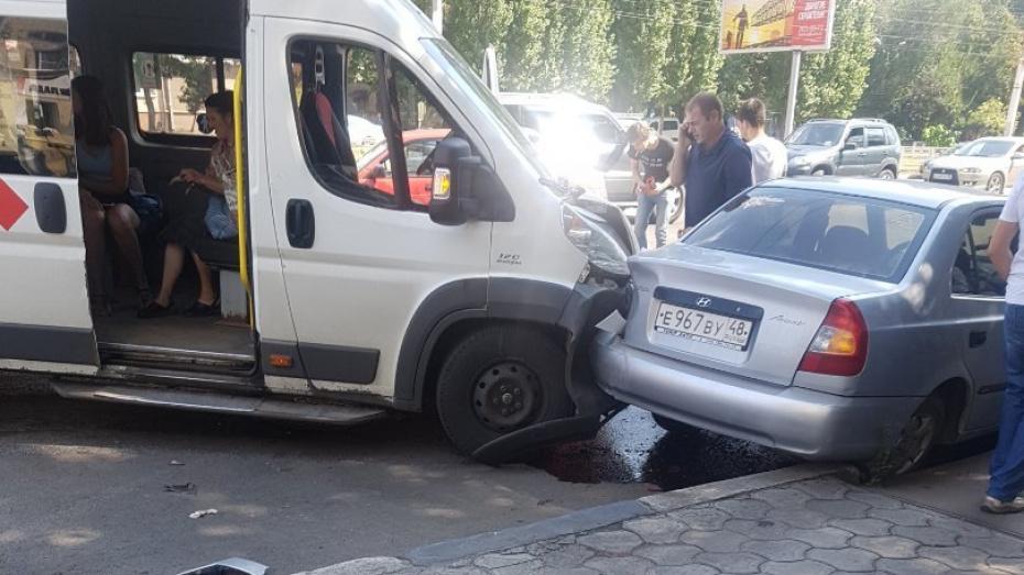 В Воронеже 3 пассажира маршрутки попали в больницу после массового ДТП