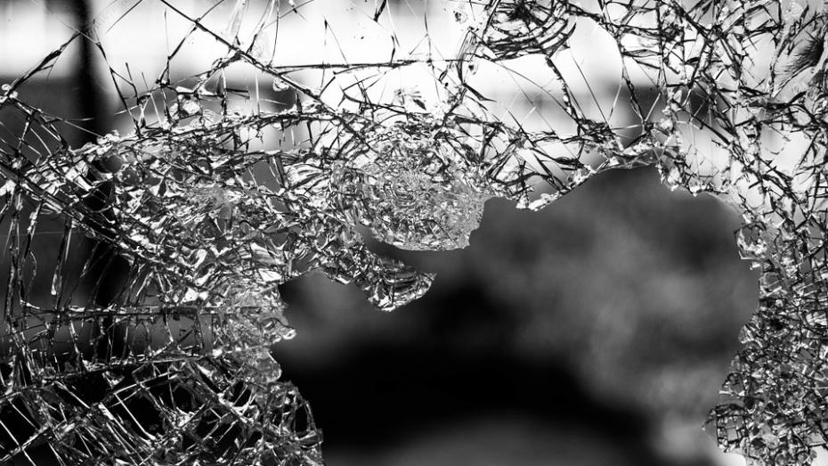 Под Воронежем мужчина разбил доской стекло соседского автомобиля