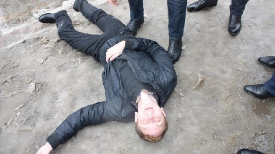 ЛГБТ-активист, которого увезли на скорой после пикета в Воронеже, понесет фото целующихся парней в Госдуму
