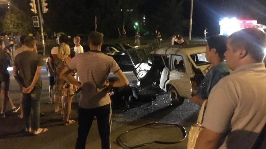 В Воронеже «четверка» врезалась в иномарку: пострадал 36-летний водитель ВАЗа