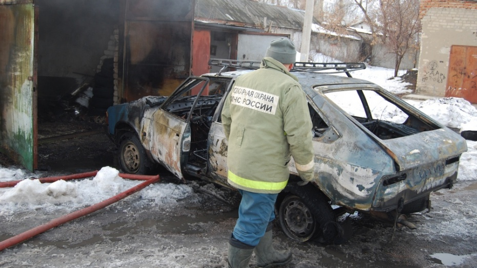 ВВоронеже наулице Лизюкова сгорели три автомобиля