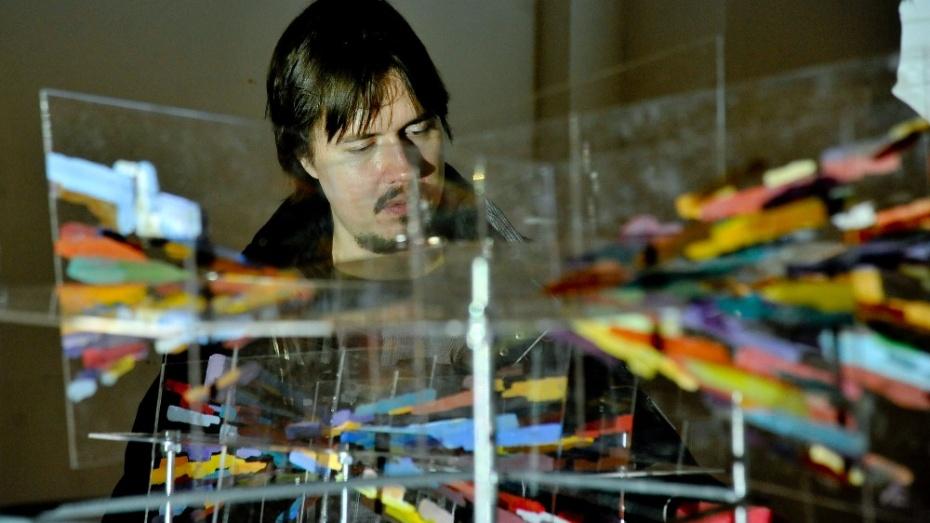 Воронежский художник показал образы стеклянных улиц под звуки города
